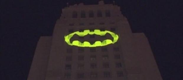 Il Bat Segnale proiettato sulla struttura