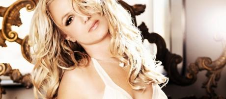 Immagine di Britney Spears tratta dal photoshoot per l'album Femme Fatale - ambrogiosarfati.blogspot.com