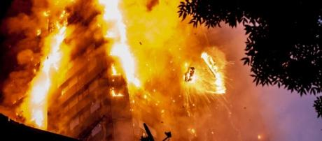 London apartment building catches fire / screencap CNN (USNews Today) Youtube