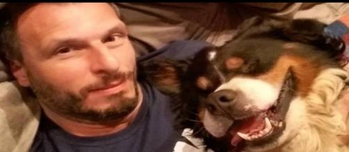 Homem e seu cão (Fonte https://extra.globo.com/noticias/viral/paulista-emociona-web-com-carta-para-deus-apos-morte-de-seu-cachorro-21441941.html)