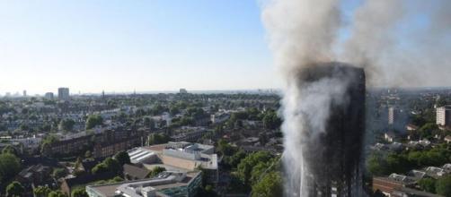 Londra, gigantesco incendio nel grattacielo Grenfell Tower - Foto ... - panorama.it