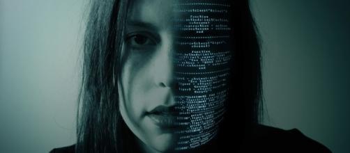"""Représentation d'une """"femme logicielle"""" programmé par les hackers"""