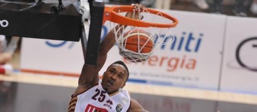 Tyrus McGee va sopra il ferro (credit www.legabasket.it)