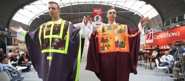 Piłkarze z Piotrkowa na pokazie mody liturgicznej w Kielcach (fot. naszemiasto.pl)
