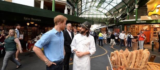 """Prințul Harry discută cu Matthew, patronul brutăriei """"Bread Ahead"""" unde """"eroul"""" Florin Morariu a înfruntat teroriștii - Foto: Daily Mail"""