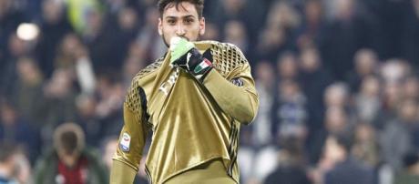 Gigio Donnarumma che bacia la maglia del Milan