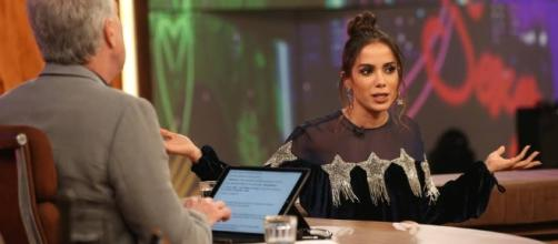 Irreverente Anitta se diverte durante entrevista com Pedro Bial