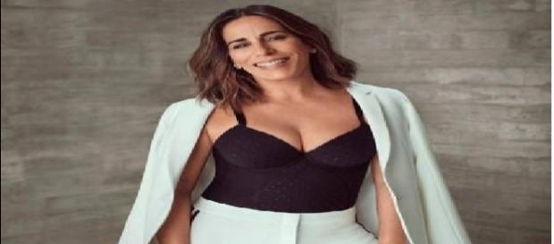 Atriz Gloria Pires posa de lingerie em ensaio