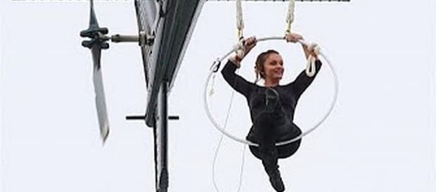 Erendira Wallenda hangs by teeth over Niagara Falls - Screenshot YouTube/Wochit Entertainment