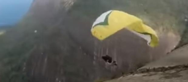 Vídeo registra momento em que homem despenca com o equipamento, logo após tentativa de decolagem (foto: reprodução /YouTube)