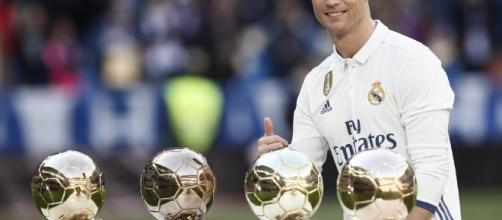 Cristiano Ronaldo dedica el Balón de Oro rodeado de leyendas del club - mundodeportivo.com