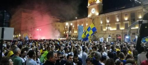 Il Parma accolto da una folla di tifosi in piazza Garibaldi