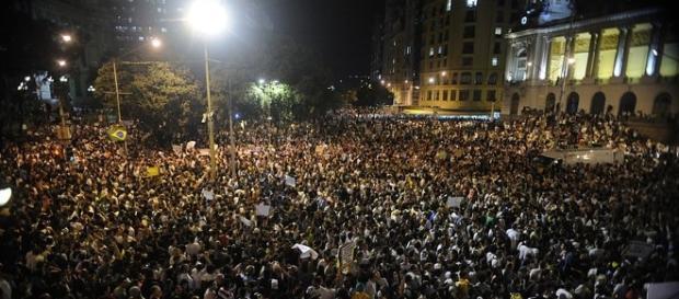 Protesto no Rio em 2013 contra gastos com a Copa, preço das passagens e por melhorias na saúde e educação (Tomaz Silva/ABr, sob licença CC)