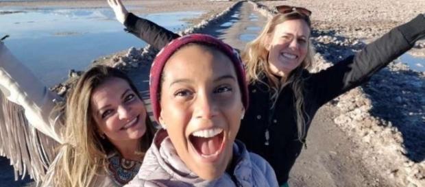 Taís Araújo e amigas no deserto do Atacama no Chile