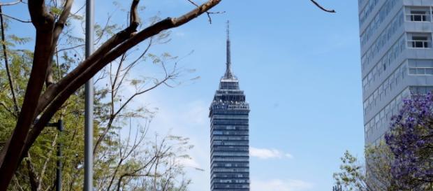 Torre Latinoamericana encamarcada con cielo despejado.