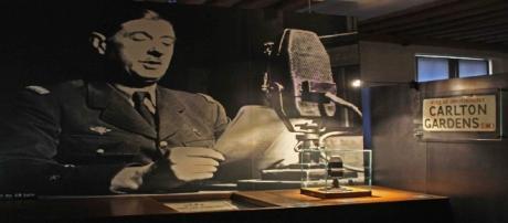 Le 18 juin 1940, le général de Gaulle, dans les locaux de la BBC, à Londres, appelle les Français à résister
