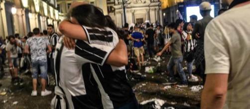 Crollo ringhiera piazza San Carlo durante la finale di Champions ... - torinotoday.it