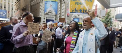 Faith groups across the country condemn Trump's ban on refugees ... - Blastingnews.com