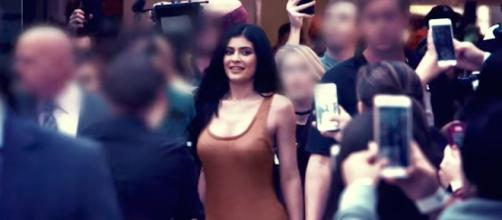 Kylie Jenner continues to attract attention in the outfits she wears out in public. [Image via E! Entertainment/YouTube]