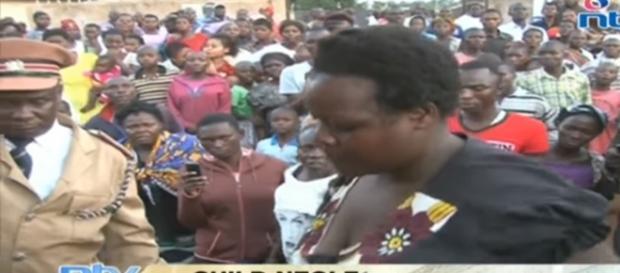 Mulher (à díreita) foi presa após a morte do filho (Foto: Captura de imagem/Kenya NTV)