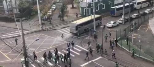 A imagem reproduz a cena do vídeo que mostra o momento em que o rapaz sendo espancado na rua. (Foto: Reprodução)