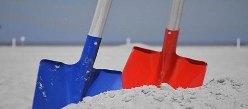 Le spiagge della Versilia invase da materiale di colore giallo.