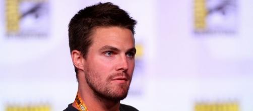 Stephen Amell speaking at the 2012 SDCC - https://commons.wikimedia.org/wiki/File:Stephen_Amell_(7594977444).jpg