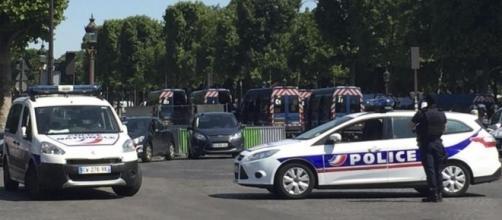Un auto si è scontrata contro una camionetta della Polizia a Parigi. Nuovo attacco terroristico, nessun ferito: guidatore arrestato.
