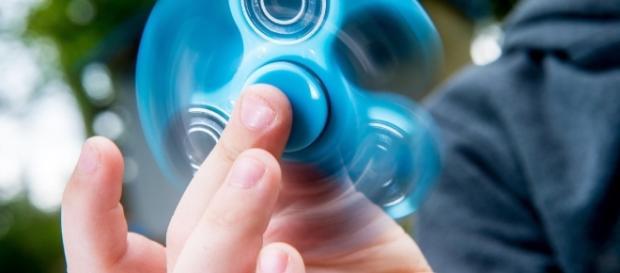 Para utilizar, basta segurar o centro do hand spinner com o polegar e outro dedo da mão e, depois, fazê-lo rodar utilizando um dos dedos livres