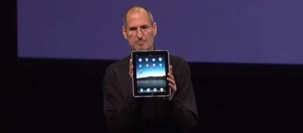 Steve Jobs presenting the iPad in 2010 (EverySteveJobsVideo / YouTube)