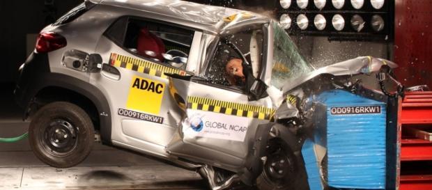 """Um dos crash tests em que o Renault Kwid foi reprovado: imagine, leitor, você dentro do """"novo SUV dos compactos"""" nesta prova, feita a 64 km/h"""