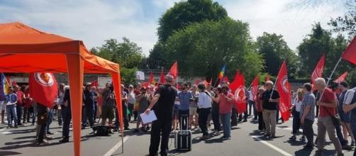 Manifestazione davanti a Camp Darby - fonte Pisatoday