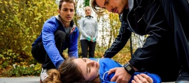 Adrian e William mentre soccorrono Clara.
