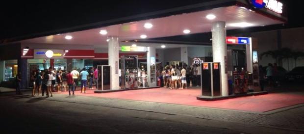 Petistas fazem festa em posto que começou as investigações da Lava Jato