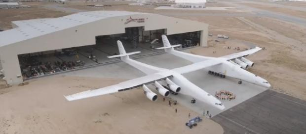 Stratolaunch carrier aircraft rolled out / Photo screencap from Aviation Analysis Wing via Youtube