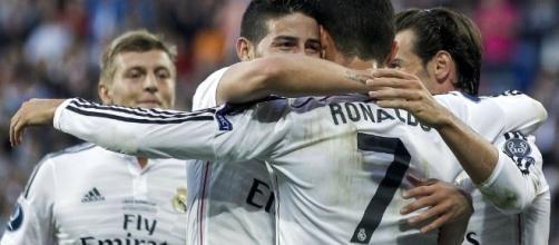 James Rodriguez abbraccia Cristiano Ronaldo
