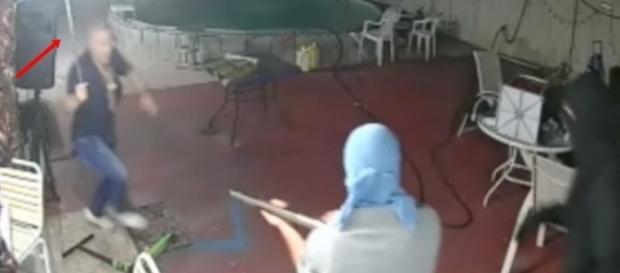 Homem usa facão para se proteger de invasores (Foto: Divulgação/Polícia de Sarasota)