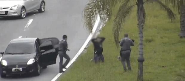 Policiais prenderam suspeitos pelo crime e ação foi filmada pelas câmeras da prefeitura da cidade. ( Foto: Reprodução vídeo de segurança/ Google)