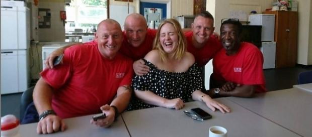 Adele fez homenagem a profissionais bombeiros (Imagem: Reprodução / Facebook)