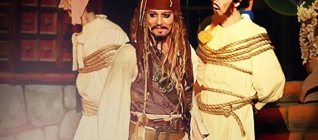 Johnny Depp à Disneyland jouant son rôle de pirate le temps d'une animation