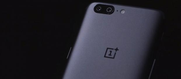 ome analysts actually describe the OnePlus 5 as having an uncanny resemblance to Apple's iPhone 7 Plus. [Image via YouTube/ The Verge]