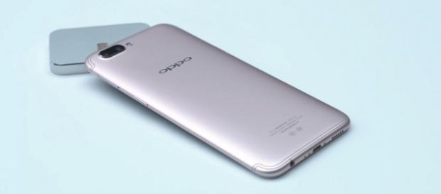 OPPO R11 hands on - (Android Authority/YouTube ScreenShot) https://www.youtube.com/watch?v=P4DKVMZnVMU