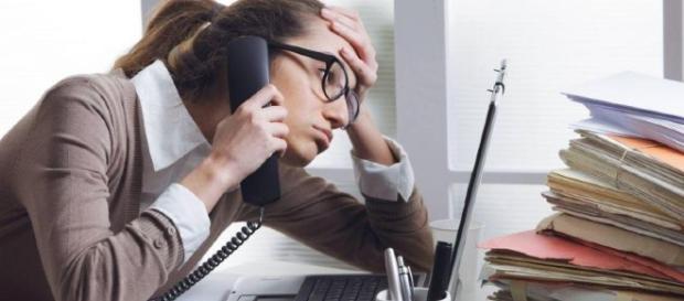 Profesionista al teléfono estresada.