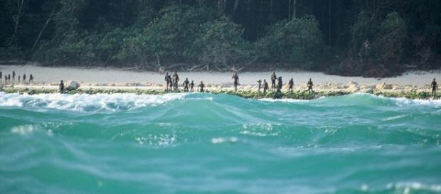 spiaggia della North Sentinel Island raffigurante i sentinelesi