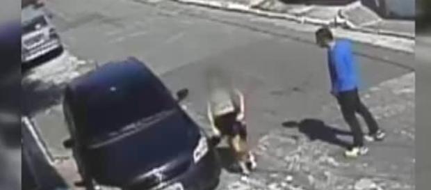 Garota de 11 anos é atacada na frente de casa (Foto: Captura de vídeo)