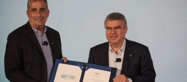 Landmark deal: IOC President Thomas Bach and Intel CEO Brian Krzanich present the signed partnership agreement. - aroundtherings.com