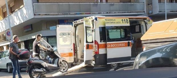 Roma, scooter su ambulanza: lo scatto che fa indignare