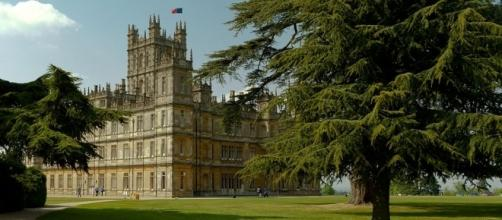 Downton Abbey - By Richard Munckton from Windsor, Melbourne, Australia (Downton Abbey (Highclere Castle), via Wikimedia Commons