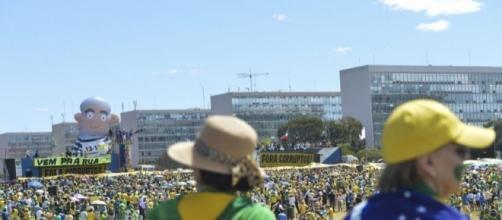 Manifestantes na Esplanada dos Ministérios em Brasília (Foto: Antônio Cruz / Agência Brasil)