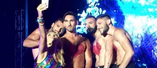 Barbara D'Urso, selfie con i ballerini al Gay Village